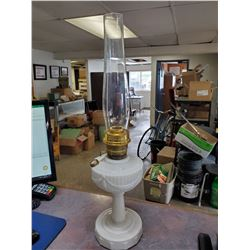 "WHITE LINCOLN DRAPR ALADDIN LAMP & CHIMNEY 25""T"