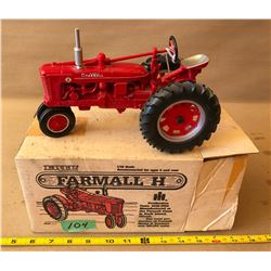 FARMALL H MODEL DIE-CAST TRACTOR