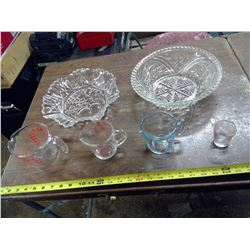 4 GLASS MEASURING CUPS AND TWO GLASS BOWLS