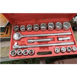 12 PIECE SOCKET WRENCH SET IN RED CASE