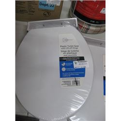 MAINSTAYS PLASTIC TOILET SEAT WITH LIFT OFF HINGE