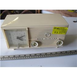 RCA VICTOR PLASTIC WHITE CASED RADIO