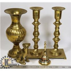 FLAT OF ASSORTED VINTAGE BRASS DÉCOR PIECES