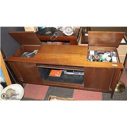 VINTAGE WOOD CONSOLE STEREO CABINET.