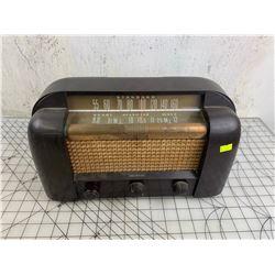 VINTAGE STANDARD RCA VICTOR TUBE RADIO