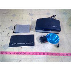POLAROID MODEL 250 CAMERA LAND + FLASH ORIGINAL BOX