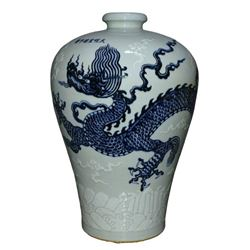 A BLUE AND WHITE DRAGON MEIPING VASE XUANDE MARK.