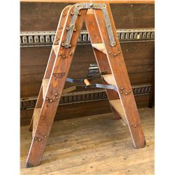 NORTHERN ELECTRIC HEAVY DUTY WOOD STEP LADDER