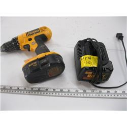 DEWALT 18 VOLT CORDLESS DRILL WITH BATTERY & CHARGER