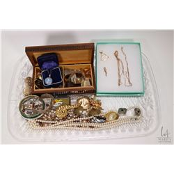Tray lot of vintage and collectible jewellery including a small tray of scrap gold including two bro
