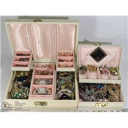 TWO MATCHING VINTAGE JEWELRY BOXES WITH RINGS,