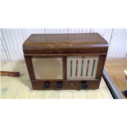 BIG OLD LIGHT COLOURED WOODEN RADIO WITH 1 KNOB MISSING NOT WORKING