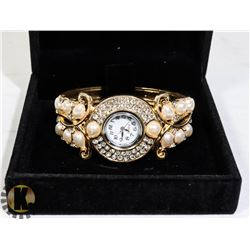 WOMENS WATCH IN DISPLAY BOX