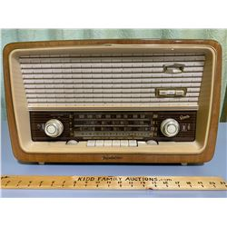 GREATZ POLKA 813E MODEL RADIO