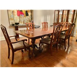 CLASSIC DINING ROOM TABLE WITH 6 CHAIRS & 2 LEAVES.