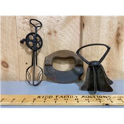 LOT OF 3 KITCHEN TOOLS - MIXER & PASTRY CUTTERS