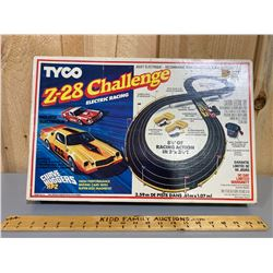VINTAGE TYCO RACE TRACK - FEATURES CHALENGER Z-28 RACE CAR