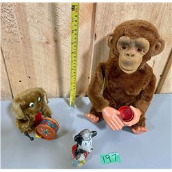LOT OF 3 VINTAGE TOYS - MECHANICAL MONKEY & DRUMMING DOG & MINNIE-MOUSE