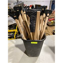 FT.MAC: LOT OF 39 SNOW BRUSHES