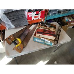 TRAY OF VINTAGE TINS AND HAND SAWS