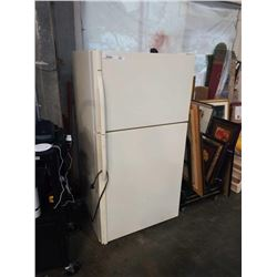 KENMORE WHITE FRIDGE APPROX 33 INCHES WIDE 65 TALL 31 DEEP