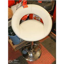 WHITE HYDROLIC LIFT BAR STOOL
