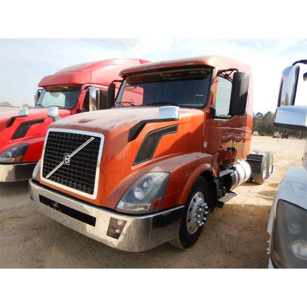 2014 VOLVO VN Sleeper Truck