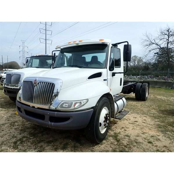 2011 INTERNATIONAL DURASTAR 4300 Cab and Chassis Truck
