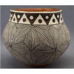 ACOMA INDIAN POTTERY JAR D.L SANCHEZ)