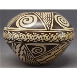 HOPI INDIAN POTTERY JAR (TYRA NAHA TEWAWINA)