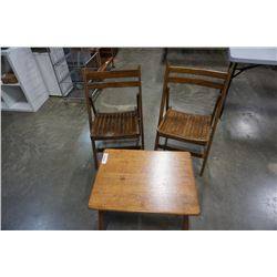 WOOD ENDTABLE AND 2 FOLDING WOOD CHAIRS