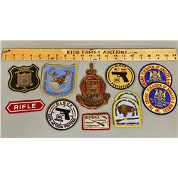 LOT OF 12 QUE RIFLE ASS WALL PLAQUE & HUNTING CRESTS