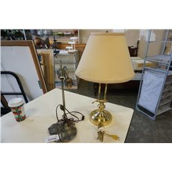 2 TABLE LAMPS, BRASS AND FLOWER