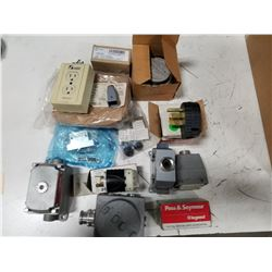LOT OF MISC ELECTRICAL FIXTURES & CONNECTORS *SEE PICS FOR DETAILS*