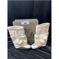 UNKNOWN BRAND WHITE MOCCASIN STYLE BOOTS APPROX SIZE 7 IN OFF BRAND BOX