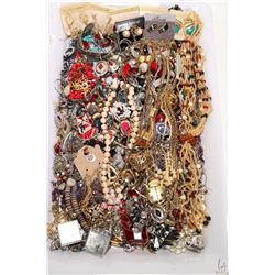 Tray lot of vintage and collectible jewellery including a large selection of earrings, plus necklace