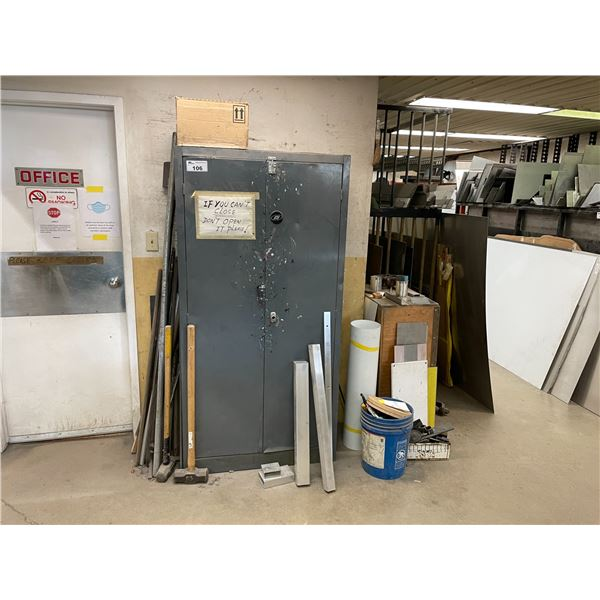 GREY METAL 2 DOOR STORAGE CABINET WITH REMAINING CONTENTS, ASSORTED PRY-BARS AND SLEDGE HAMMERS