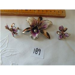 1950'S CALA LILY BROOCH & SCREW BACK EAR RING SET UNMARKED