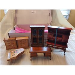 Lot of wooden doll furniture (6)