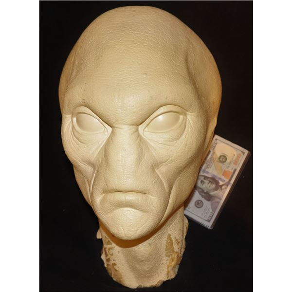 MEN IN BLACK BALTIAN HEAD MASTER FROM THE FIRST CONTACT PHOTOS WITH YOUNG AGENT K