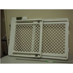 PLASTIC DOG GATE (24 IN CLOSED OPENS TO 40 IN LONG) 28 IN HIGH)
