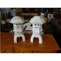2 DECORATIVE GARDEN LIGHTS