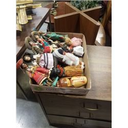 TRAY OF COLLECTABLE FIGURES - TRAVEL DOLLS