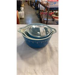 3 PIECE BLUE AND WHITE VINTAGE PYREX MIXING BOWL SET W/ 1 LID