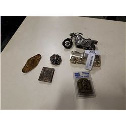2 METAL COIN BANKS AND 4 NOVELTY BELT BUCKLES