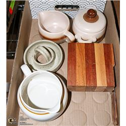 LOT OF ASSORTED POTTERY AND STONEWARE ITEMS