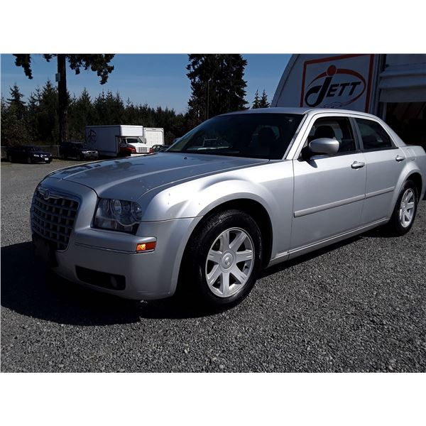 E1 --  2005 CHRYSLER 300 TOURING  , Silver , 170793  KM's