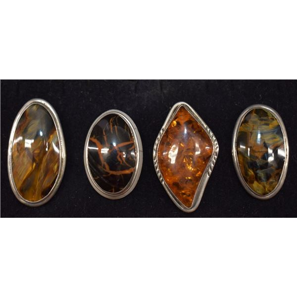 FOUR STERLING SILVER AMBER AND AGATE RINGS