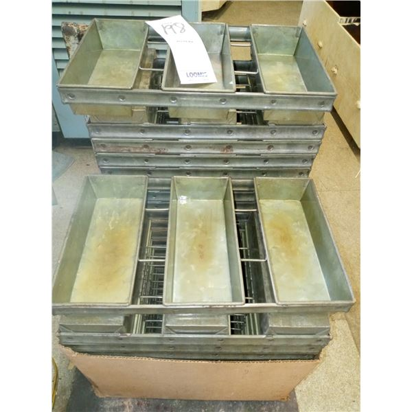 CHICAGO METALLIC 3 LOAF PAN W/ SILICONE TREATMENT, LIKE NEW CONDITION (10)