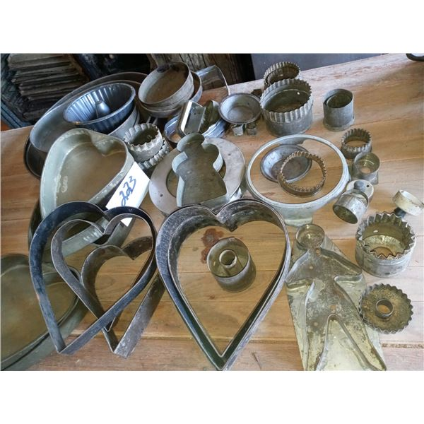 APPROX. 40 ASSORTED TIN BAKING MOLDS